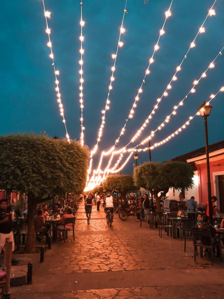 Beleuchtete Straßen mit vielen Restaurants in Granada