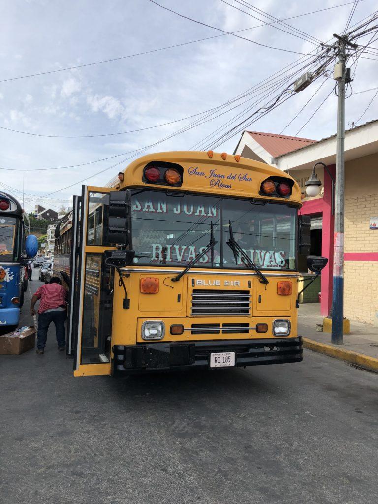 Klassischer Chickenbus in San Juan Del Sur