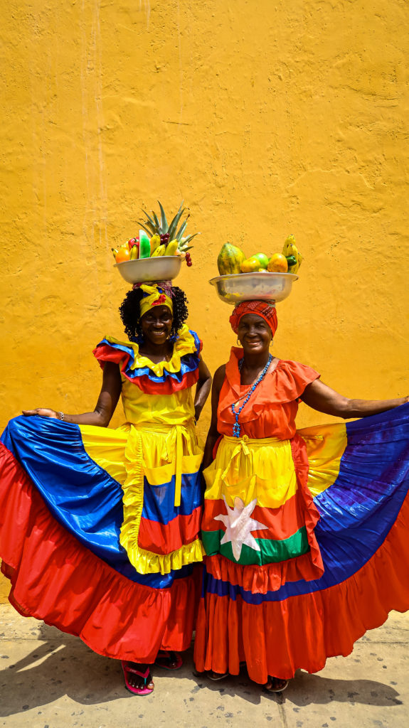 Traditionell gekleidete Frauen posieren in Cartagena