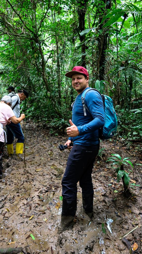 Mit Gummistiefel durch den Wald