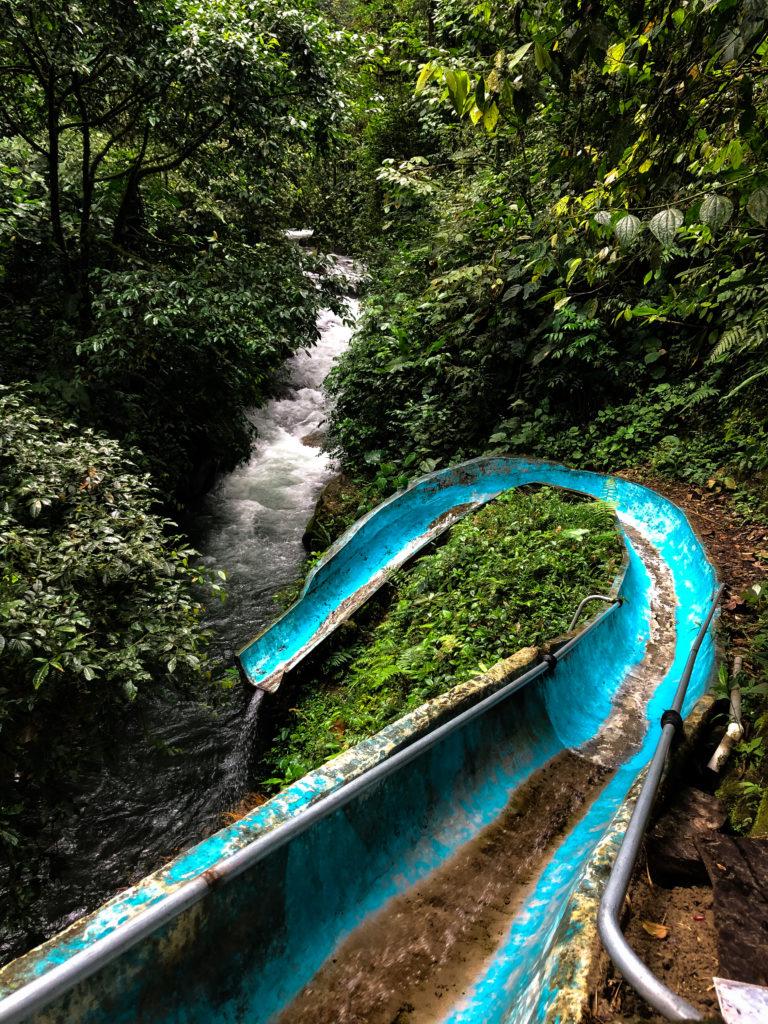 Rutsche am Wasserfall in Mindo